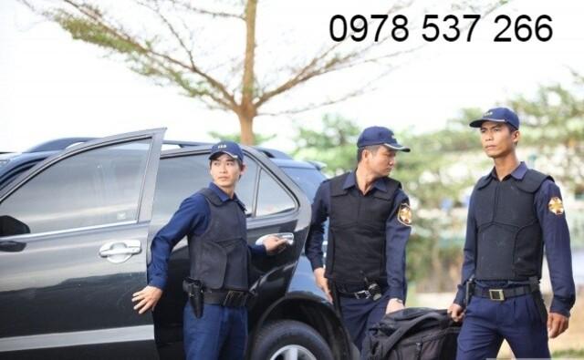 Nhân viên bảo vệ áp tải tiền